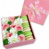 Коробка с цветами и макаронс