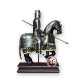 Фигура рыцаря-всадника на подставке